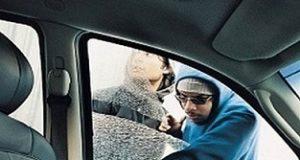 Ladrão roubando bolsa