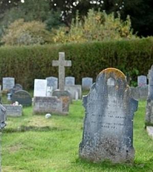 Lápides em um cemitério.