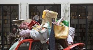 Carro transportando muitos objetos amontoados