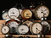 Relógios diversos em prateleiras