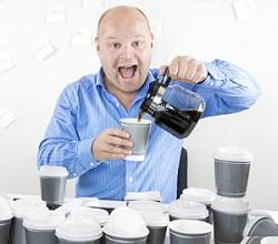Homem servindo café
