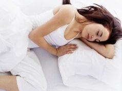 mulher dormindo sobre o lado esquerdo