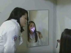 Mulher realizando exercícios contra apneia em frente ao espelho