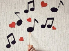 Notas musicais recortadas em papel
