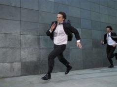 Um homem correndo atrás do outro