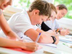 Crianças fazendo prova