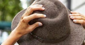 Mãos femininas segurando chapéu