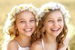 Meninas gêmeas sorrindo