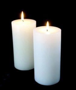 Duas velas brancas acesas